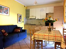 Salone con cucina ed ampio terrazzo, Denj House: Dove Dormire a Foligno